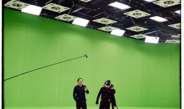 Alejandro Gonzalez Iñárritu op de motion capture set van Carne y arena