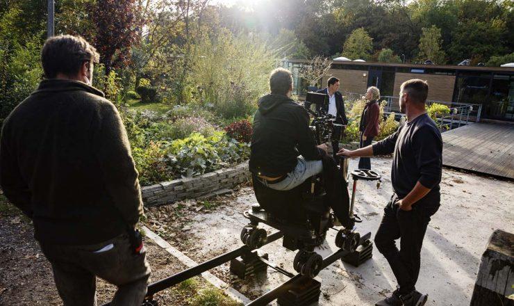 Op de foto, badend in het zonlicht, Theo Maassen en Anna van der Heide. Op de rug gezien Sander Donker (First AD), Coen Stroeve (DoP) en Jan Willem Biemans (key grip)