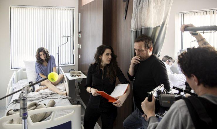 Regisseur Natalie Bruijns overlegt met opnameleider Wouter Severijn en DoP Sam du Pon. Op bed hoofdrolspeler Rifka Lodeizen en rechts Maarten Heijmans.