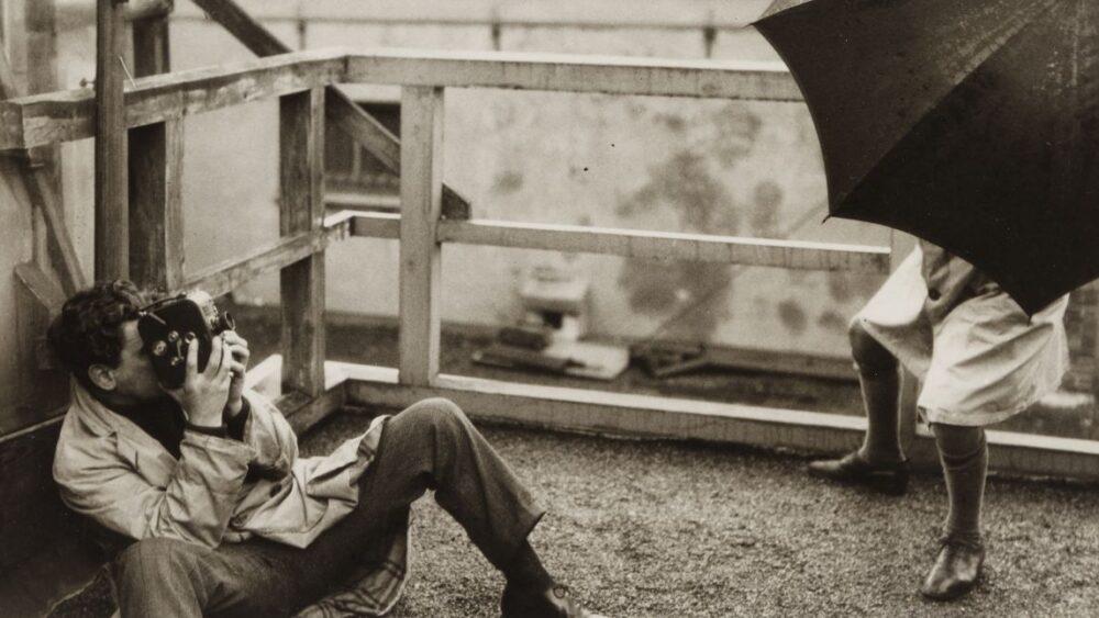 Joris Ivens op de set van Regen. Foto Germaine Krull
